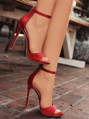 Выбираем наряды под красную обувь. Стильные образы 2020-2021