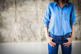 Модные образы с женскими джинсовыми рубашками 2020-2021